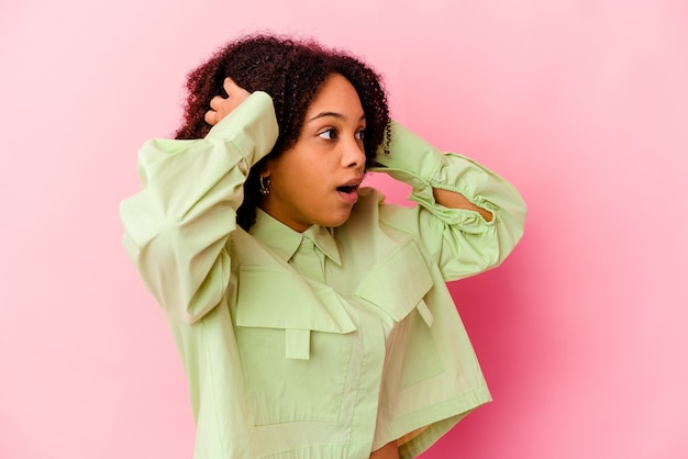 Junge afroamerikaner gemischte rasse frau isoliert schreiend, sehr aufgeregt, leidenschaftlich, mit etwas zufrieden.