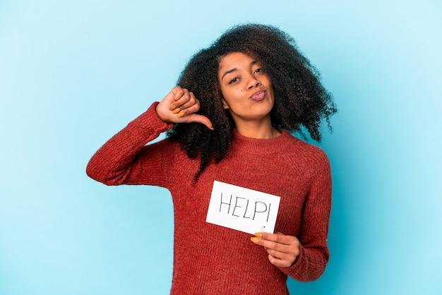 Junge afroamerikaner lockige frau, die ein hilfeplakat hält, fühlt sich stolz und selbstbewusst, beispiel zu folgen.