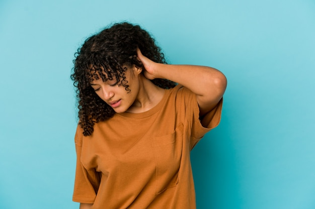 Junge afroamerikaner lockige frau, die gefühle isoliert ausdrückt
