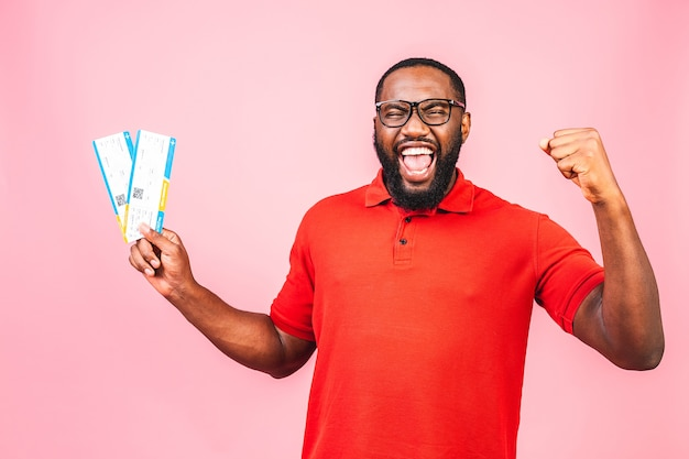 Junge afroamerikaner mann holding bordkarte tickets