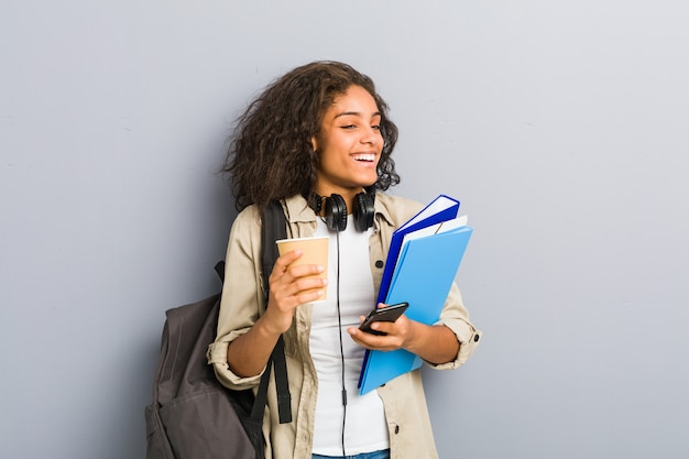 Junge afroamerikanerfrau bereit, zur schule zu gehen