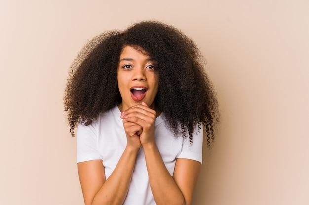 Junge afroamerikanerfrau, die betet