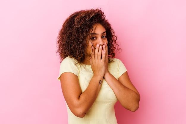 Junge afroamerikanerfrau, die gefühle lokalisiert ausdrückt