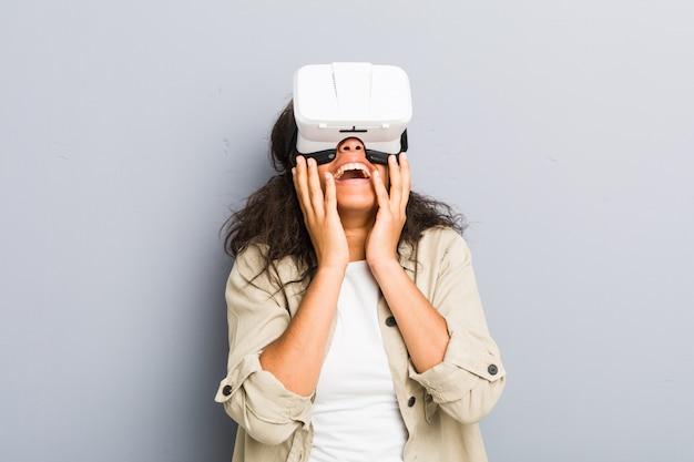 Junge afroamerikanerfrau, die gläser einer virtuellen realität verwendet