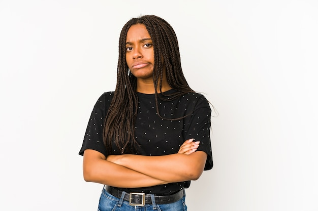 Junge afroamerikanerfrau, die mit sarkastischem ausdruck unglücklich schaut.