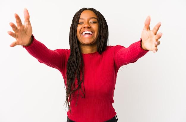 Junge afroamerikanerfrau fühlt sich überzeugt, eine umarmung gebend