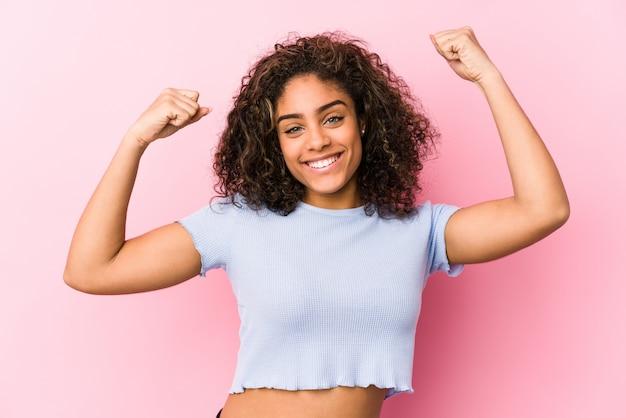 Junge afroamerikanerfrau gegen rosa