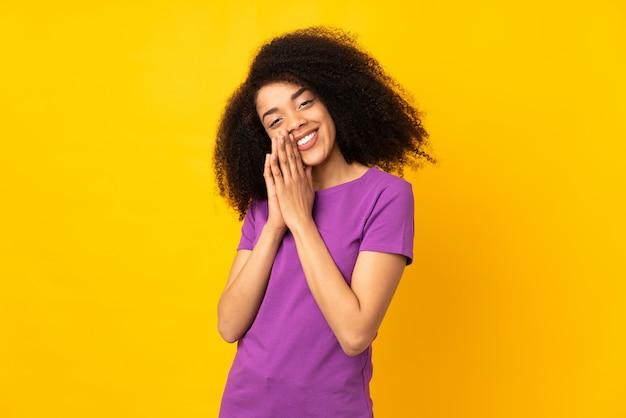 Junge afroamerikanerfrau hält handfläche zusammen. person fragt nach etwas