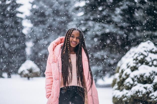 Junge afroamerikanerfrau im winter draußen im park