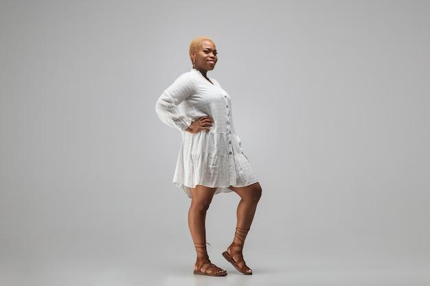 Junge afroamerikanerfrau in der freizeitkleidung. bodypositive weibliche figur, plus größe geschäftsfrau