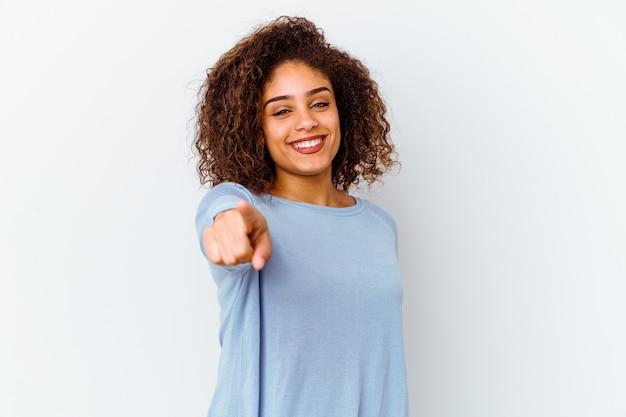 Junge afroamerikanerfrau lokalisiert auf weißem hintergrund, der mit den fingern nach vorne zeigt.
