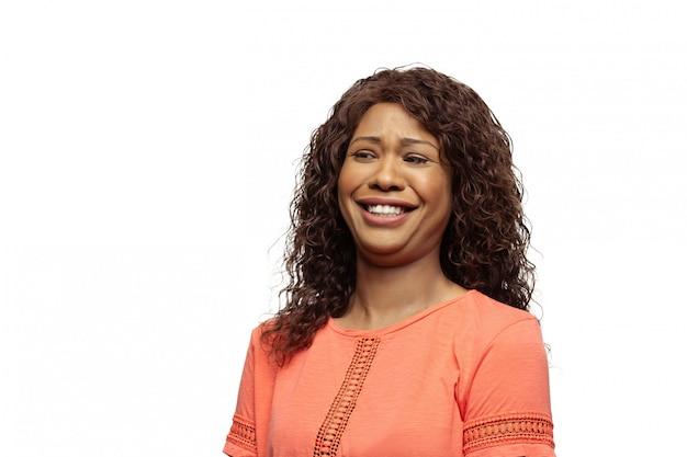 Junge afroamerikanerfrau mit lustigen, ungewöhnlichen populären emotionen und gesten lokalisiert auf weiß