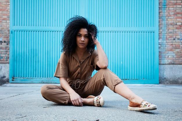 Junge afroamerikanerfrau posiert