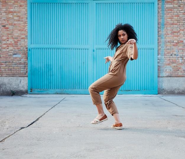 Junge afroamerikanerfrau tanzt