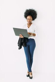 Junge afroamerikanergeschäftsfrau, die den laptop verwendet
