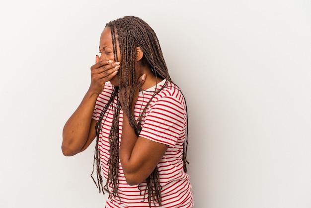 Junge afroamerikanerin, die auf weißem hintergrund isoliert ist, leidet an halsschmerzen aufgrund eines virus oder einer infektion.