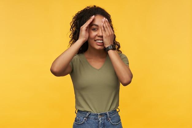 Junge afroamerikanerin, die mit ihrem neuen freund flirtet, hält ihre arme auf den augen
