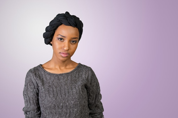 Junge afroamerikanermoslemfrau