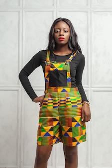 Junge afroamerikanische frau der schönheit