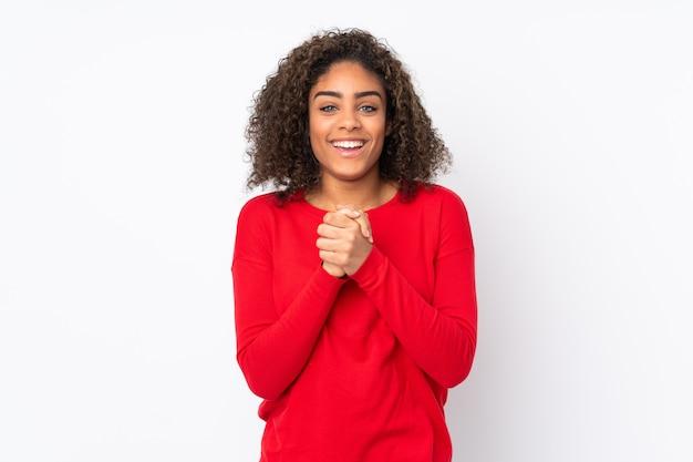 Junge afroamerikanische frau isoliert auf lachen