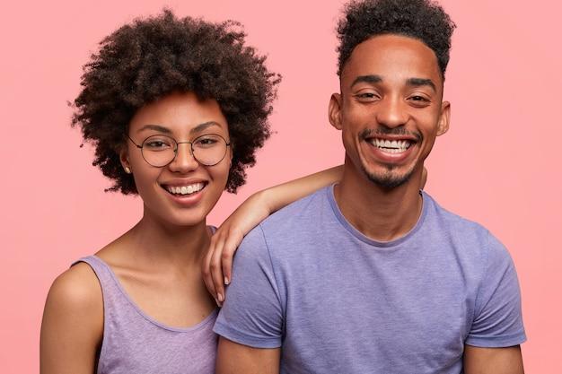 Junge afroamerikanische frau und mann