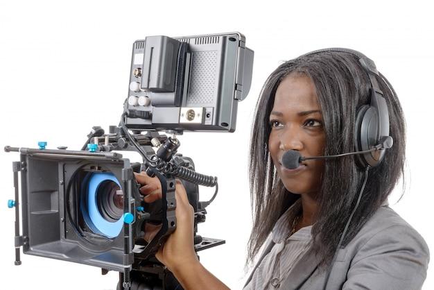 Junge afroamerikanische frauen mit professioneller videokamera