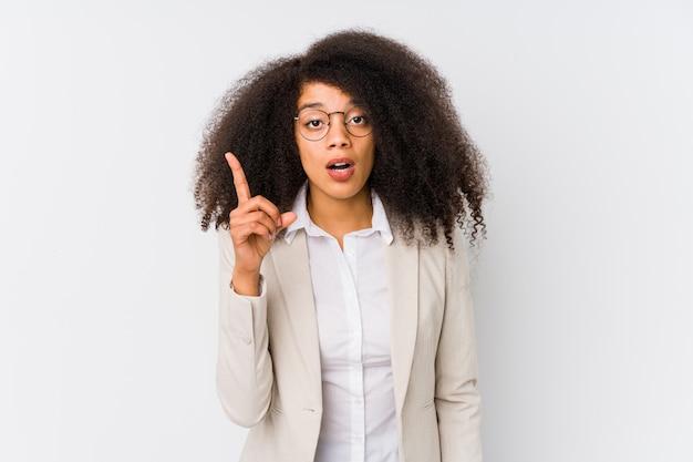 Junge afroamerikanische geschäftsfrau, die eine idee hat