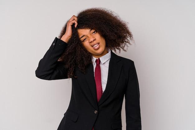 Junge afroamerikanische geschäftsfrau, die einen anzug trägt, der auf weißem hintergrund schockiert ist, hat sich an ein wichtiges treffen erinnert.