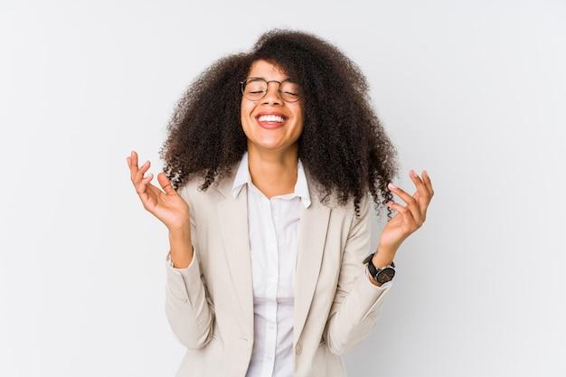 Junge afroamerikanische geschäftsfrau, die freudig viel lacht. glückskonzept.