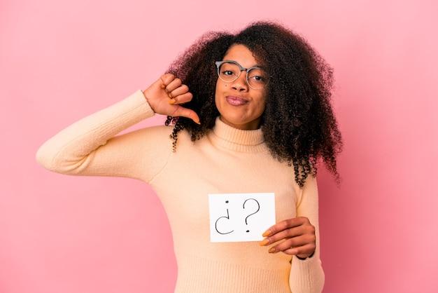 Junge afroamerikanische lockige frau, die ein verhör auf einem plakat hält, fühlt sich stolz und selbstbewusst, beispiel zu folgen.