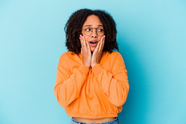 Junge afroamerikanische mischrassenfrau isoliert ängstlich und ängstlich.