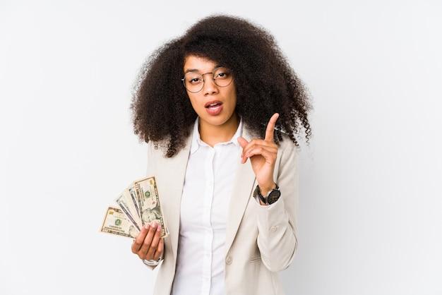 Junge afrogeschäftsfrau, die eine kreditkarte hält