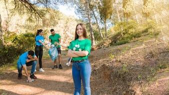 Junge Aktivisten, die Abfall im Wald sammeln