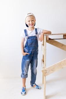 Junge als bauarbeiter verkleidet