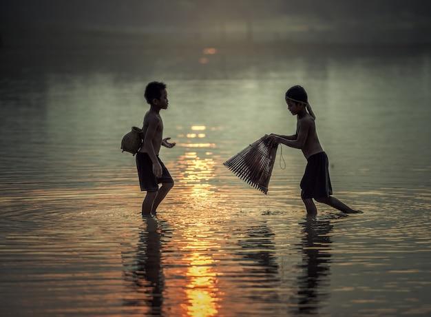 Junge angeln
