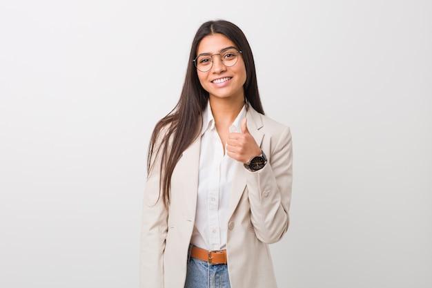 Junge arabische geschäftsfrau, die oben daumen lächelt und anhebt