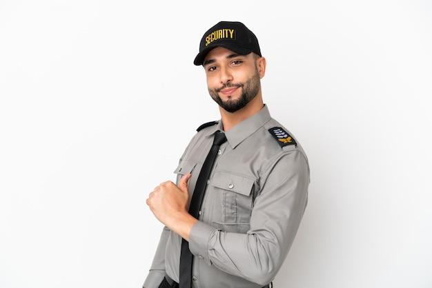 Junge arabische mann isoliert auf weißem hintergrund stolz und selbstzufrieden