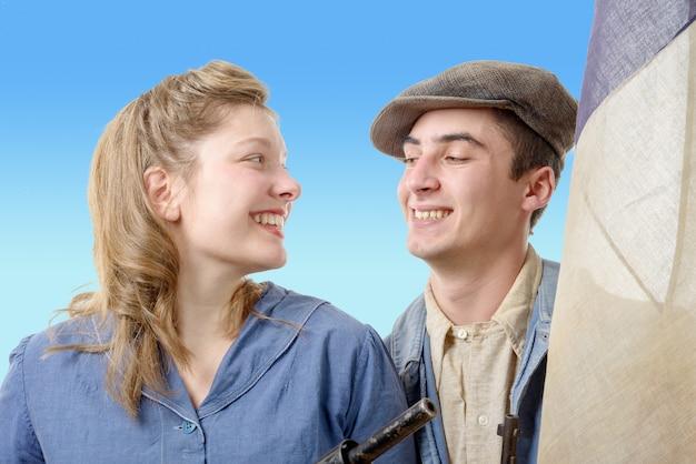 Junge arbeitskraftpaare in der weinlesekleidung