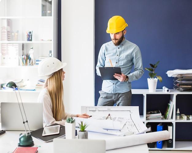 Junge architekten, die im büro arbeiten