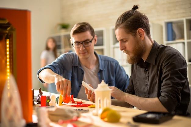 Junge architekten mit 3d-drucker