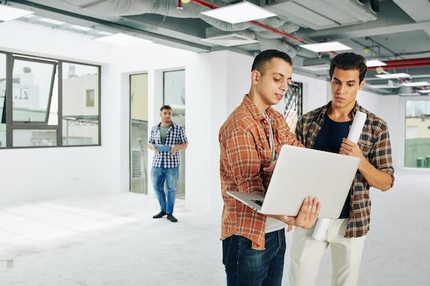 Junge architekten mit laptop