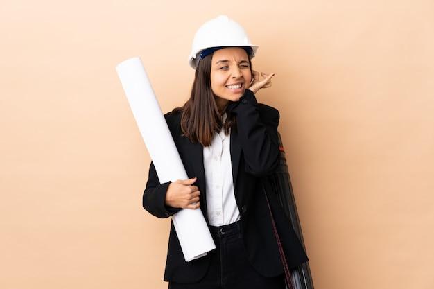 Junge architektin, die blaupausen hält