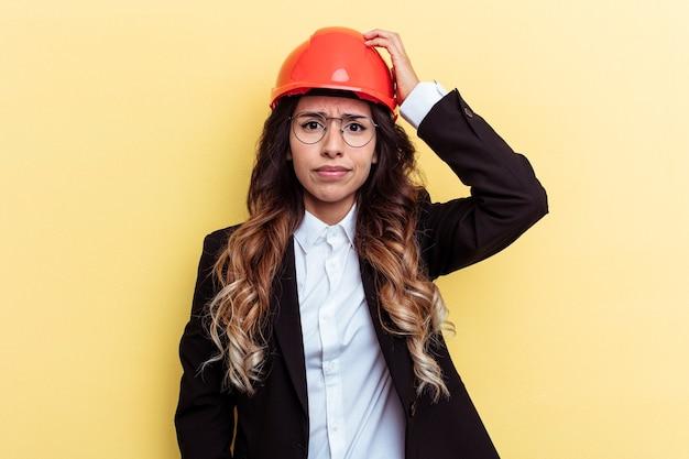 Junge architektin gemischter rassen isoliert auf gelbem hintergrund schockiert, sie hat sich an ein wichtiges treffen erinnert.