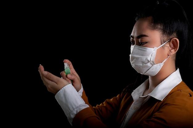Junge asiatin, die eine atemschutzmaske n95 aufsetzt