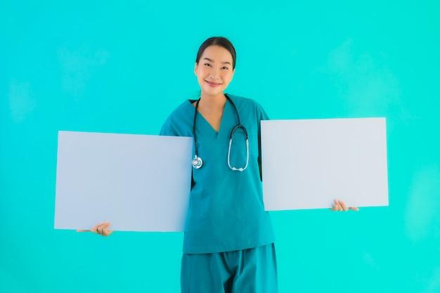 Junge asiatische ärztin mit leerem karton