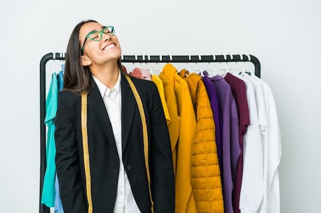 Junge asiatische designerin entspannt und glücklich lachend, hals gestreckt zeigt zähne.
