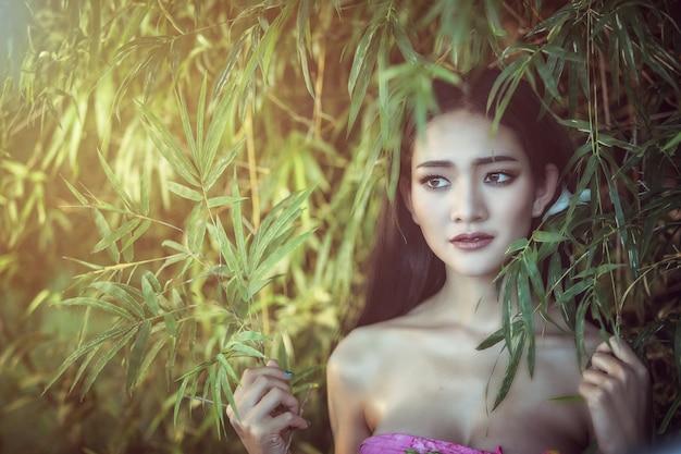 Junge asiatische frau an im freien