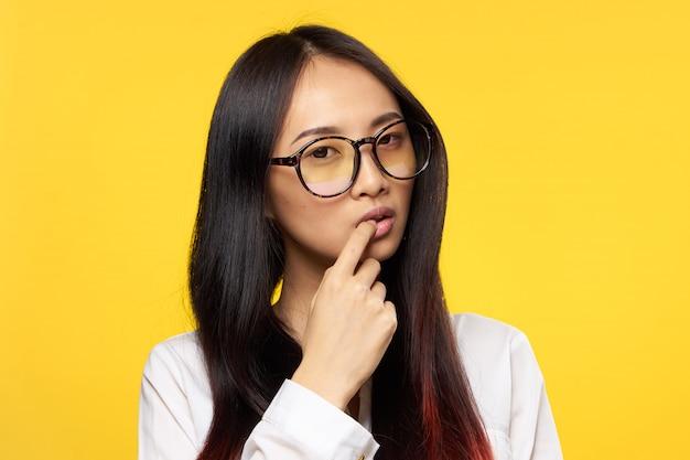 Junge asiatische frau auf blauem aufstellen, verschiedene emotionen