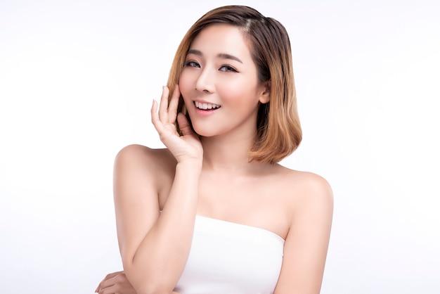 Junge asiatische frau der schönheit mit perfekter gesichtshaut. gesten für werbung behandlung spa und kosmetologie.