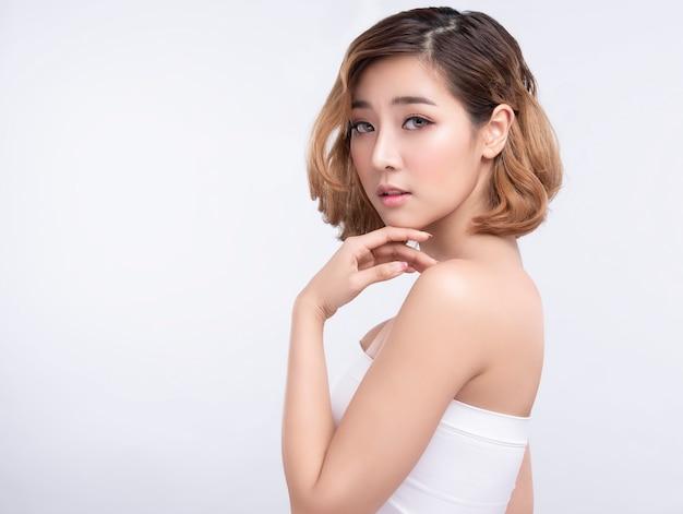 Junge asiatische frau der schönheit mit perfekter gesichtshaut